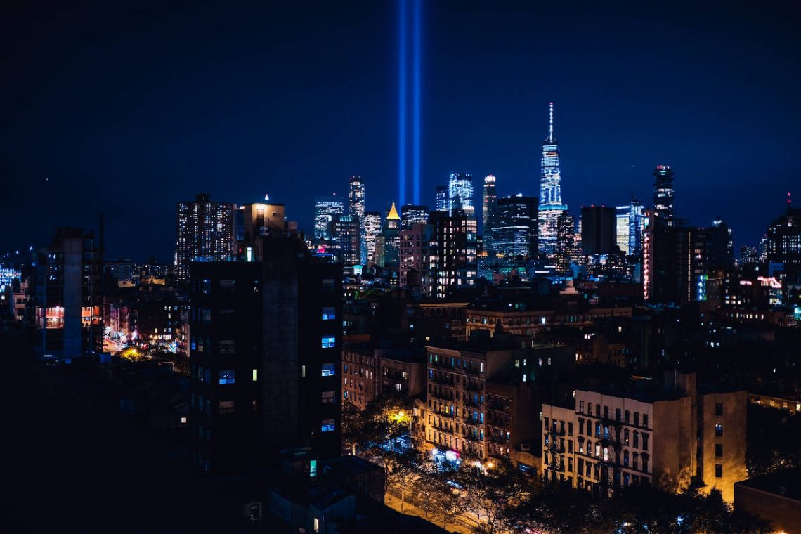 Projections lumineuses évoquant les tours jumelles du World Trade Center après les attentats du 11 septembre